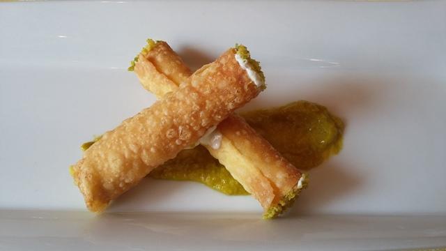 Cannolo croccante con ricotta manteca e granella di pistacchio