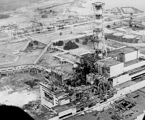 An aerial view of the Chernobyl nucler power plant, the site of the world's worst nuclear accident, is seen in April 1986, made two to three days after the explosion in Chernobyl, Ukraine. In front of the chimney is the destroyed 4th reactor. (AP Photo) - ilpost.it